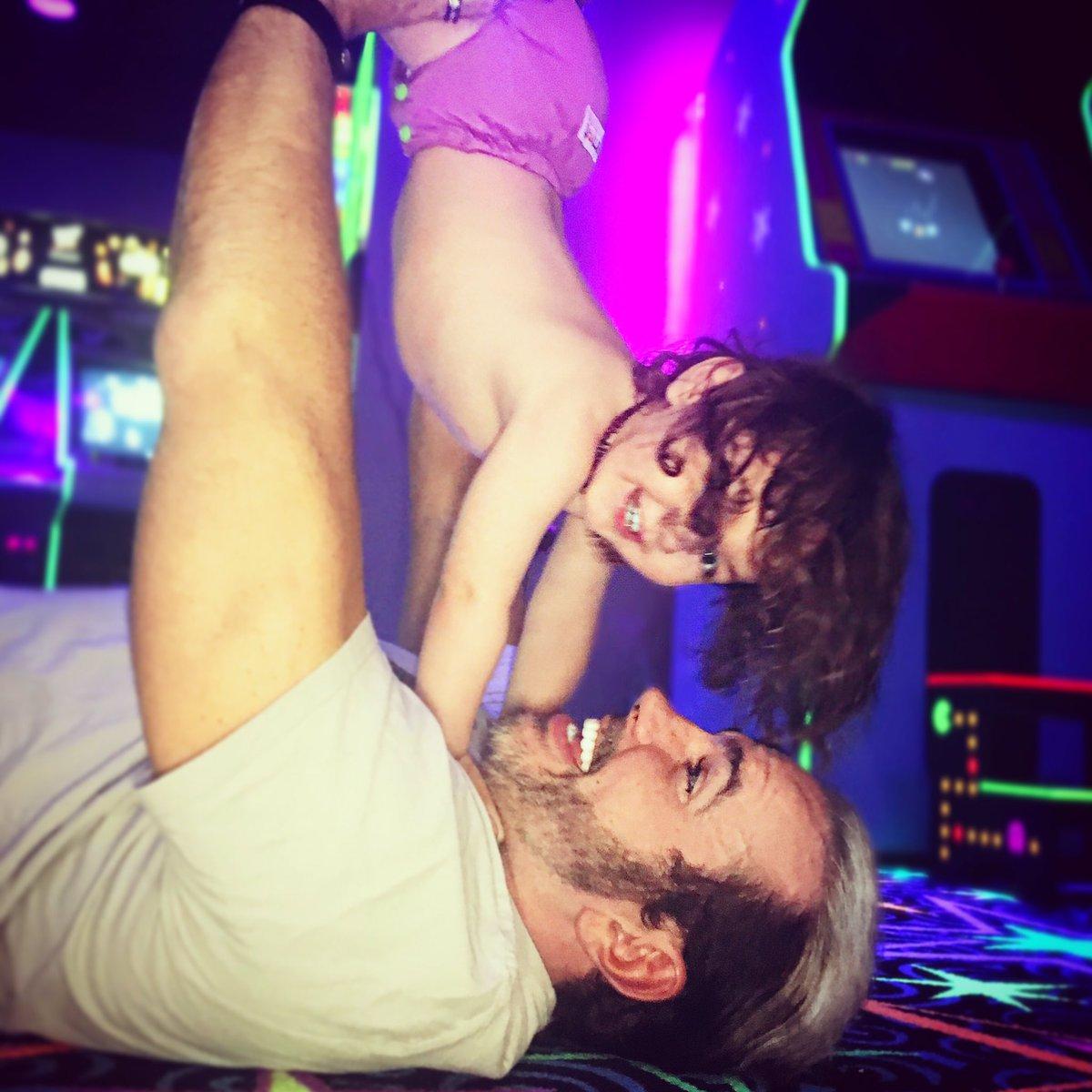 مات هاردي في لحظاته الرائعة مع ابناءه (صور)