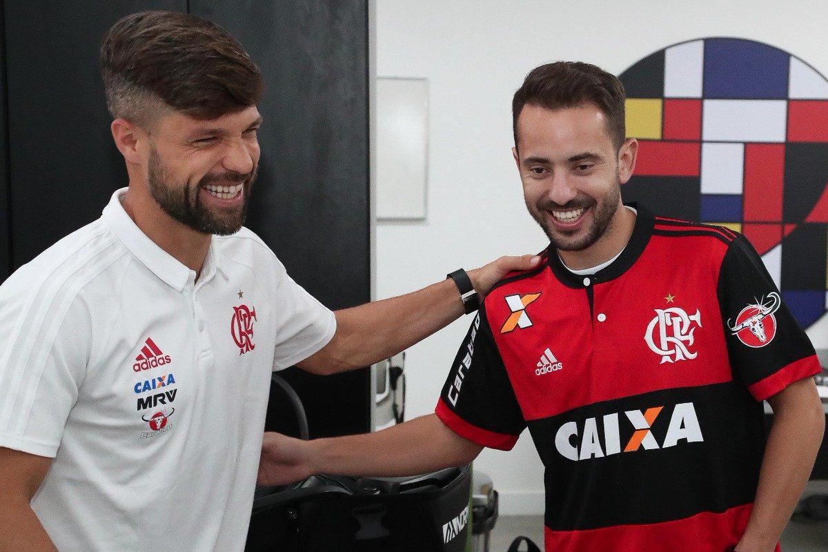 Everton Ribeiro conheceu os novos companheiros no Ninho do Urubu. Entre eles, @ribasdiego10. Tarde de boas vindas #VamosFlamengo