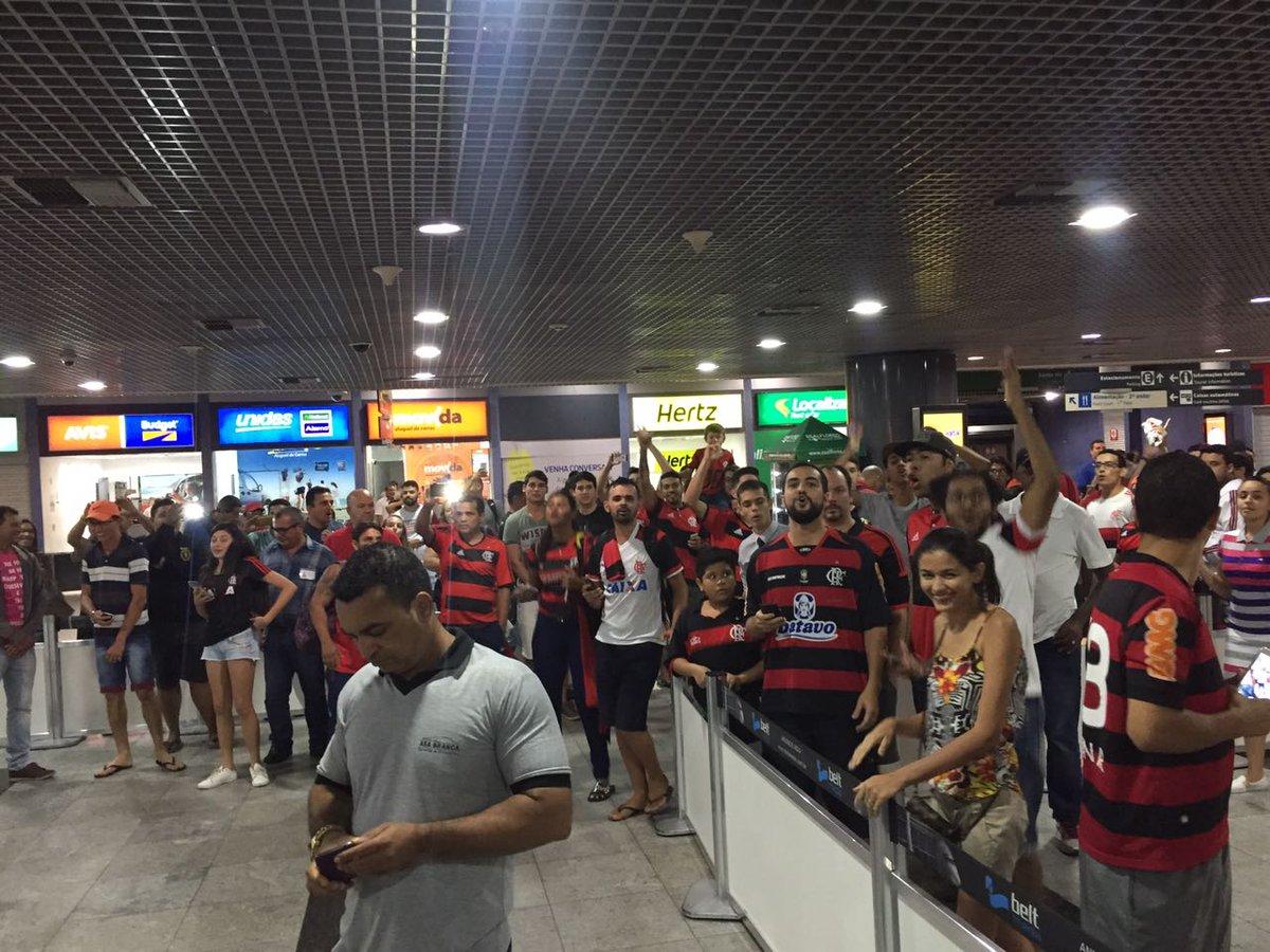 Chegada do Mengão em Recife teve recepção da Nação no aeroporto! Obrigado pelo apoio de sempre! #VamosFlamengo