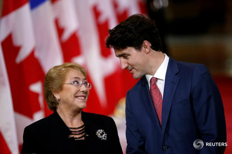 El primer ministro de Canadá, Justin Trudeau, habla con la presidenta chilena, Michelle #Bachelet, en #Canadá, REUTERS/Chris Wattie