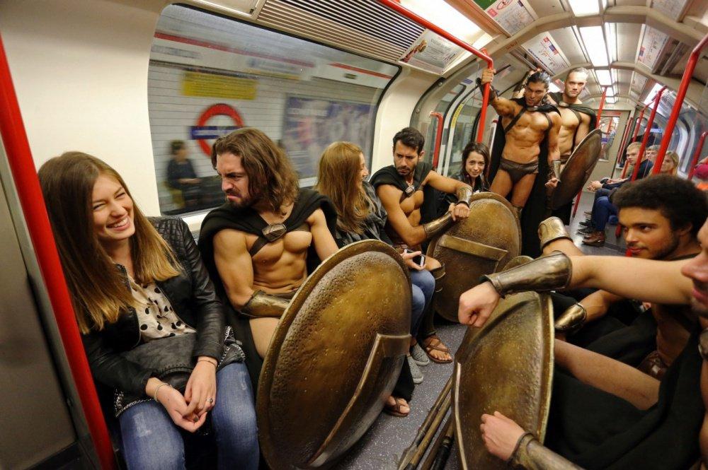 ロンドンでテロ対策として有志のスパルタ兵が巡回、むさ苦しいとか言っちゃいけない