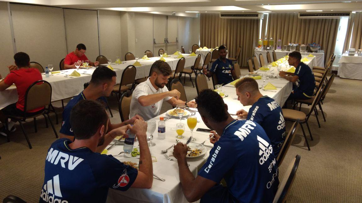 """Flamengo on Twitter: """"Diego já está no hotel almoçando com parte do elenco…  """""""