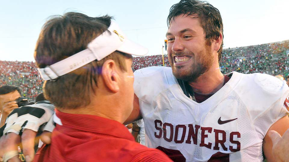 If you are wondering how @OU_CoachStoops' current and former players feel about him...just look at my face in this picture. Will be missed. https://t.co/cJTUFxQM2w