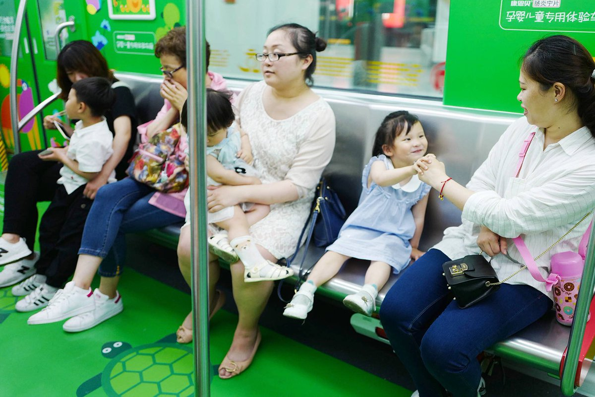 杭州地下鉄1号線に設けられた「子育て専用車両」1ヶ月のテスト運行の結果、子供連れや妊婦さんたちが安心して乗れると好評で、子育て世代からは永続的に設置して欲しいと要望があがっているそうです。