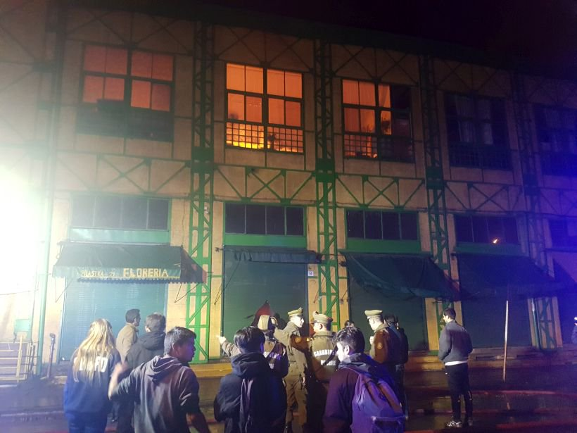 [EN VIVO] Bomberos trabaja en un incendio declarado en el Mercado Cardonal de Valparaiso https://t.co/v7EcXclOK2 https://t.co/klnwBli27Q