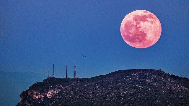 【見逃せない】あす9日は「ストロベリームーン」、1年で1番小さな満月 https://t.co/lMo6L5pGS4  太陽と月の距離が離れることで赤色だけが月に反射し、月がピンク色に見えるもの。ほとんどの地域で観測できそうです。