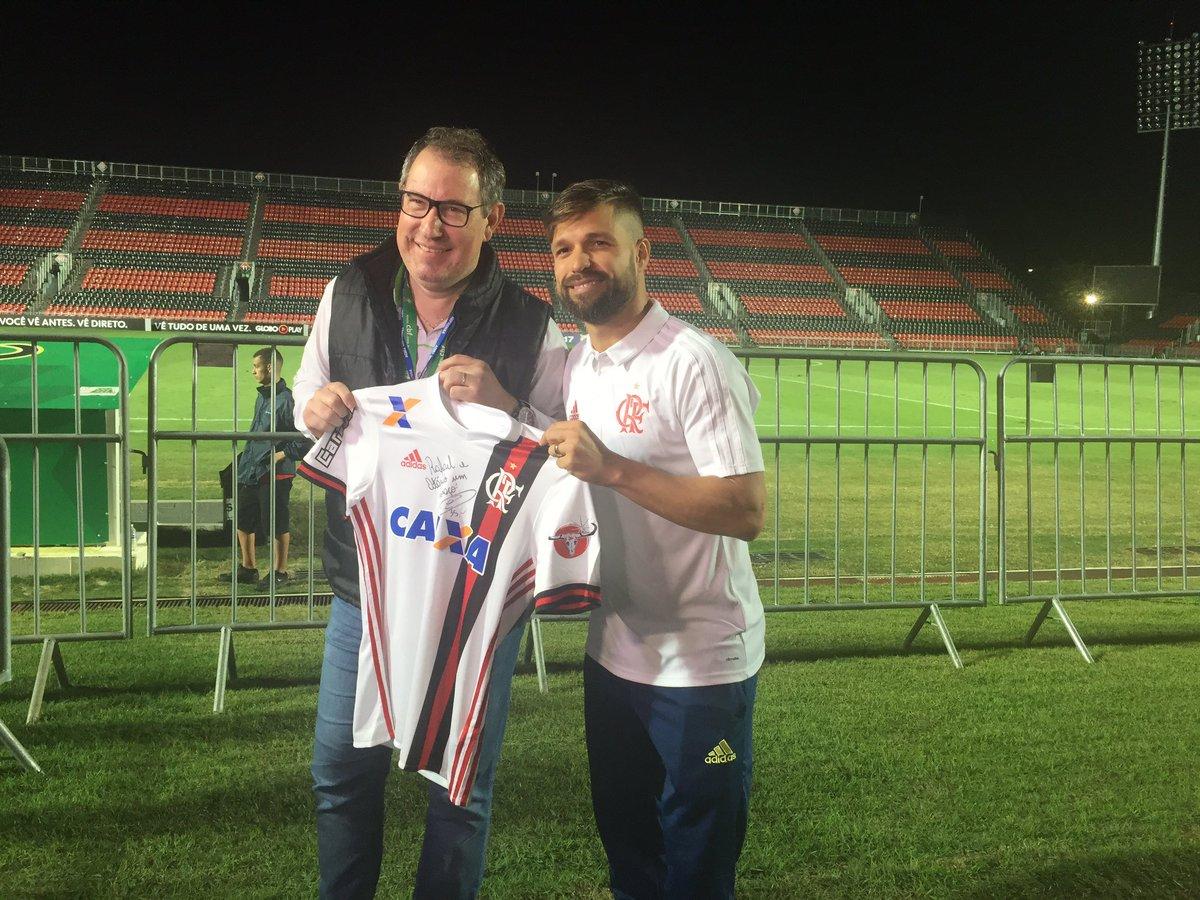 QUE HOMEM! Diego presenteou Rafa Henzel com a camisa nova do Fla!   #BrasileiraoNoSporTV  #NossoFutebol