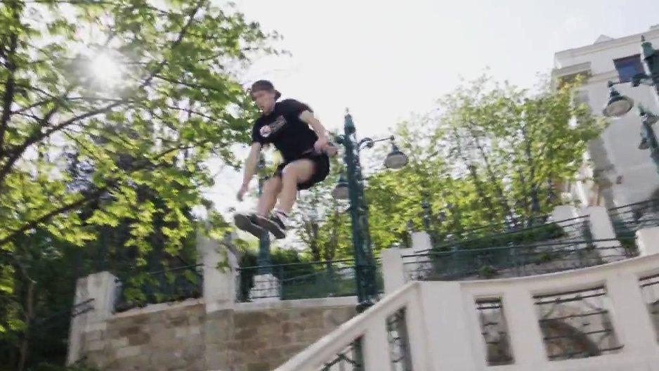 Freerunner vs Rampe d&#39;escalier  http:// dlvr.it/PNtC4P  &nbsp;   #Insolite <br>http://pic.twitter.com/eh0XLeM0wf