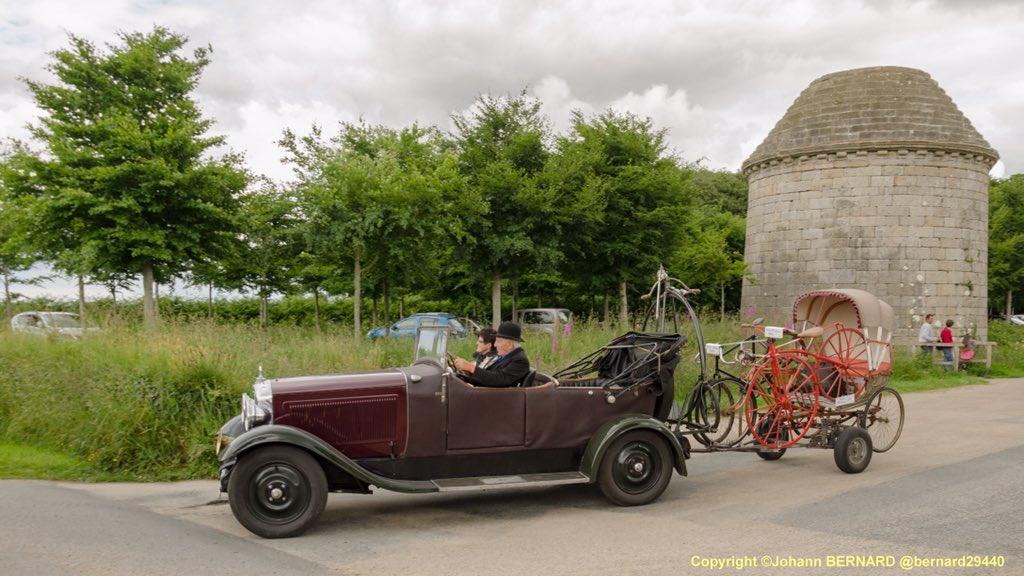 #Voiture appropriée quand il fait chaud!Ne pas oublier le #chapeau.#tour de bretagne des voitures anciennes #chateau de #kerjeanpic.twitter.com/FxEMg5emS3