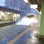 このどしゃ降りに何で駅周辺が水浸しになってもお構いなしにホームに突っ込んでくる電車
