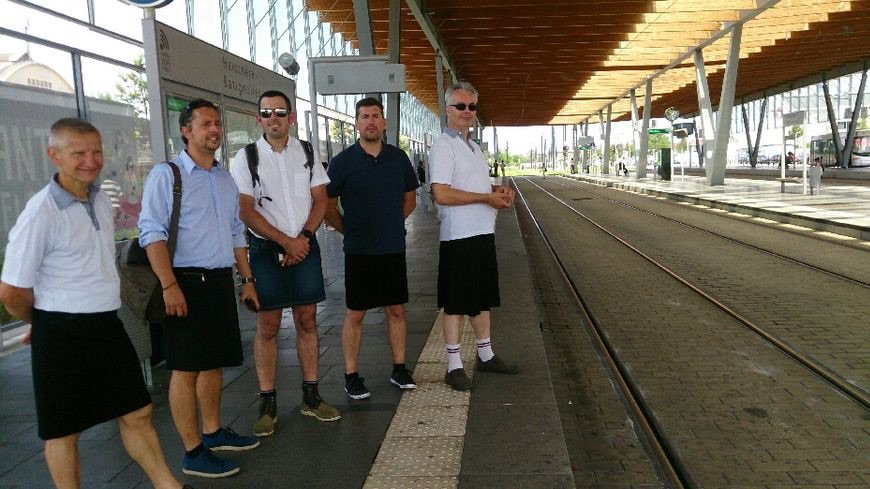 Funny: Bus Drivers in Nantes (Fr) not allowed to wear shorts during heatwave, so they wear skirts instead. https://t.co/OotTQIHoYb