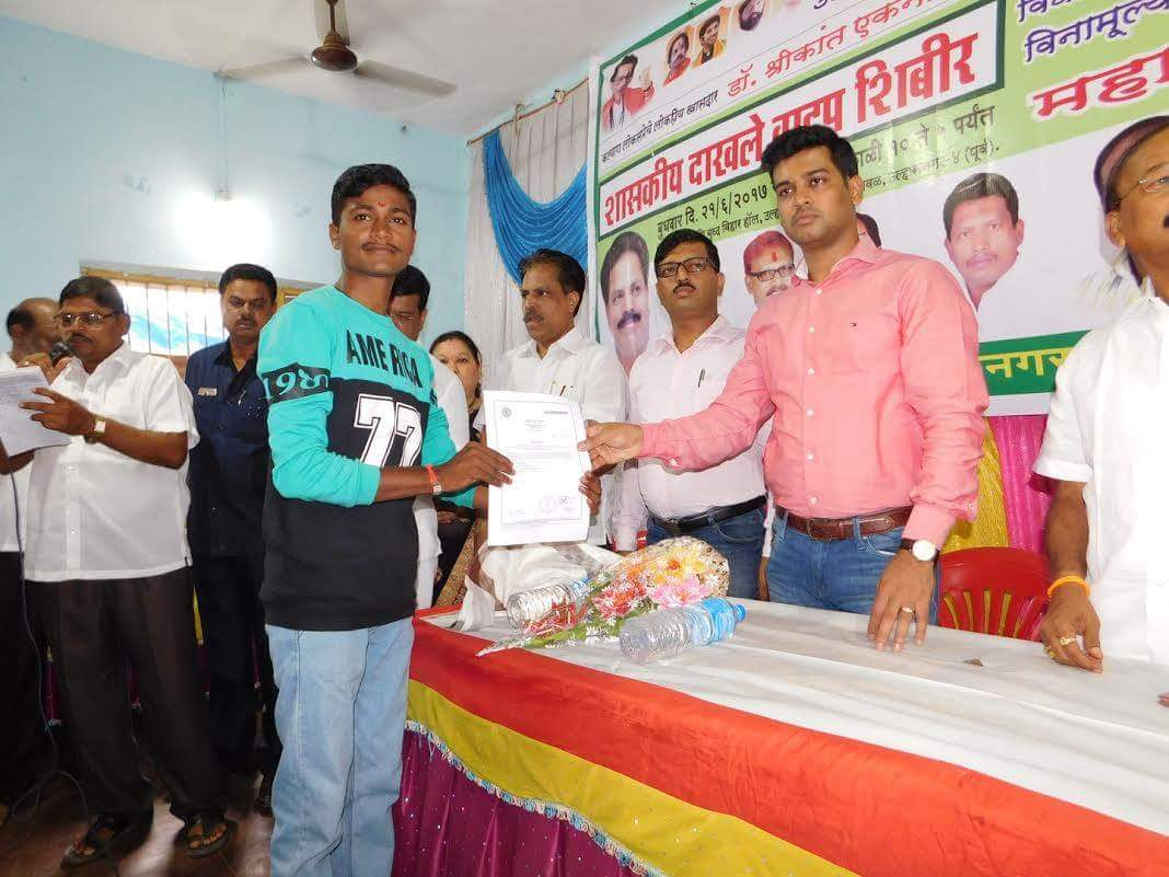 Distributed various Government certificates to the residents of #Ulhasnagar in a camp organised by #ShivSena Shahar Shakha, Ulhasnagar <br>http://pic.twitter.com/6E9aHUvqF5