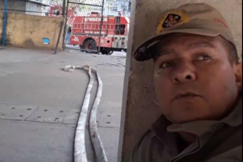 'Única coisa que posso fazer é orar', diz bombeiro acuado em tiroteio na Maré. Veja o vídeo: https://t.co/lvfv0zv5x4