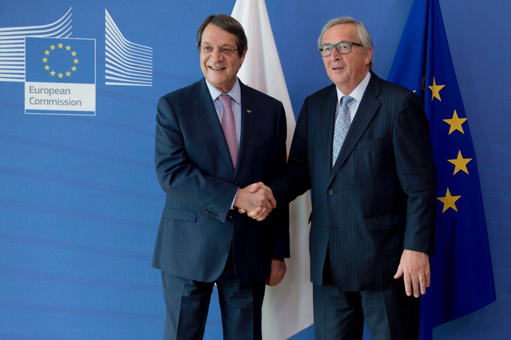 .@JunckerEU welcomes @AnastasiadesCY. Good discussion on #Cyprus talks...