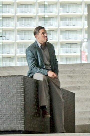 イームスを演じている時のトム・ハーディ(左   撮影合間にデニーロ顔をするトム・ハーディ(右  そんなギャップのある表情豊かなトム・ハーディさんがイームス役で出演している作品の名は 「インセプション」