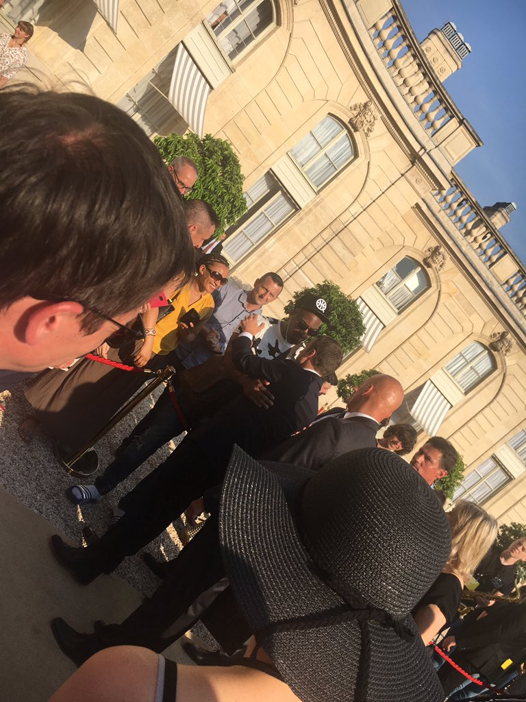 Vent de panique à l'Elysée: un homme attrape la main d'Emmanuel Macron mais...