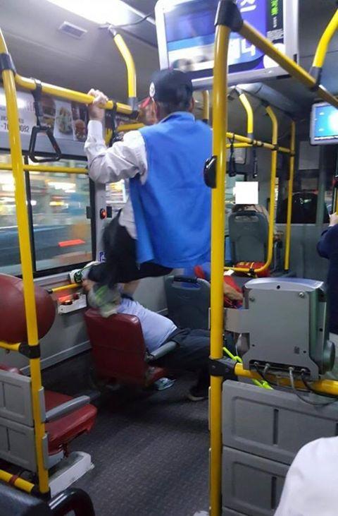 台湾で若い人が優先席に座っており、口論になった老人が手すりをつかみ両足で若い人の頭を蹴る事件が起きた。