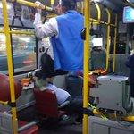 台湾で若い人が優先席に座っており、口論になった老人が手すりをつかみ両足で若い人の頭を蹴る事件が起きた…