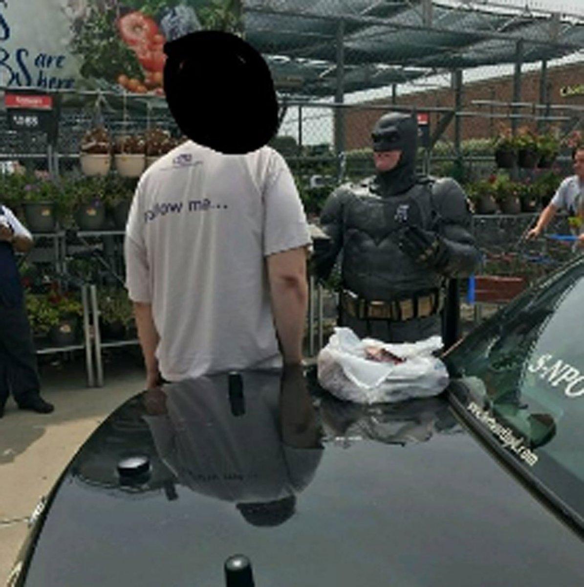 Policial vestido de Batman prende suspeito de roubo nos EUA https://t.co/FfuVg9xU9D #PlanetaBizarro #G1