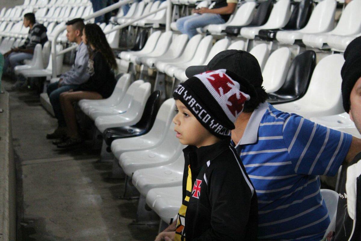 Torcida vascaína vai marcando presença no Estádio Nilton Santos. #Vamo...