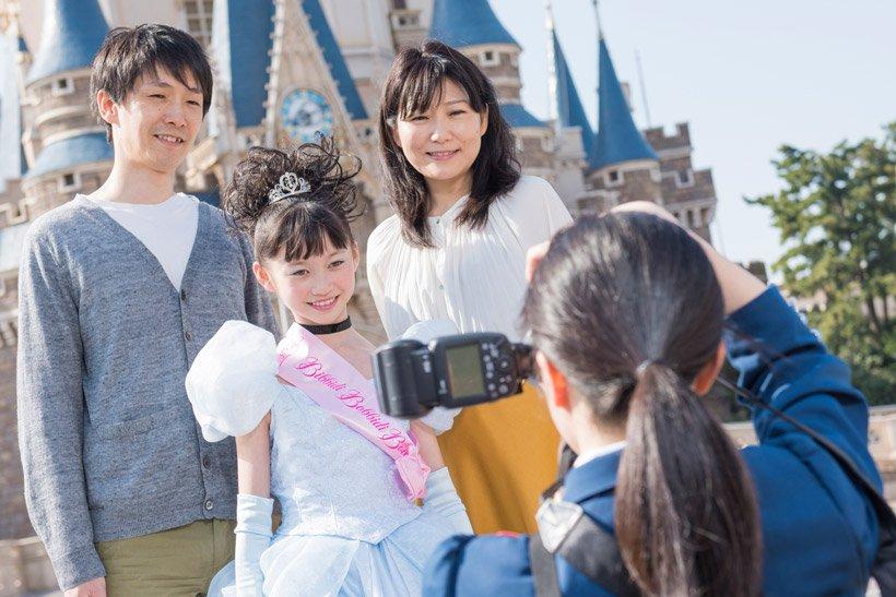 8d53c6db09ff8  一日6組限定のコース☆  東京ディズニーランド、ワールドバザール内にオープンした「ビビディ・バビディ・ブティック」。  カメラマンがご家族と一緒にパークに出て ...