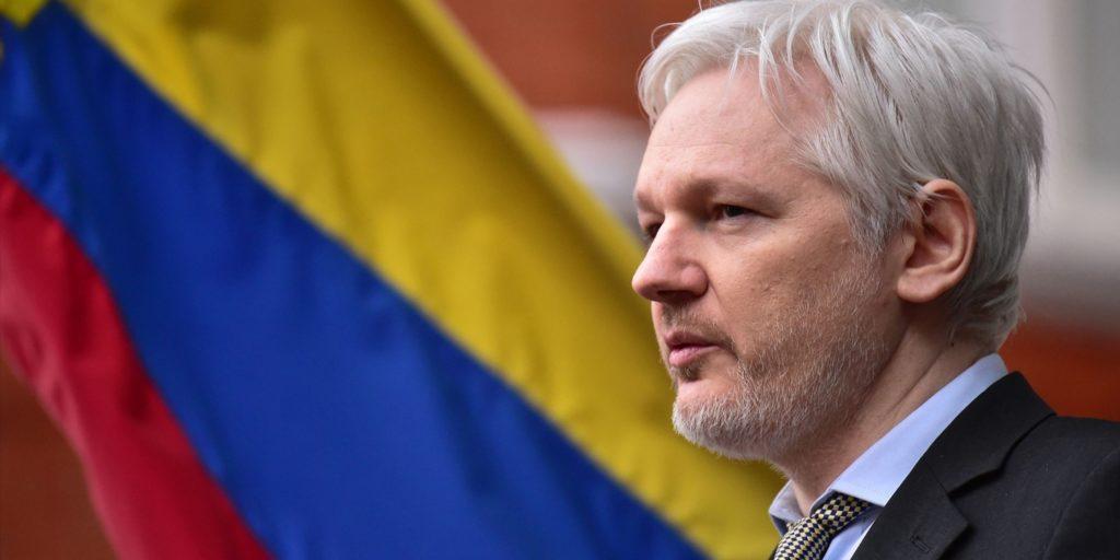 La Suède retire son mandat d'arrêt contre Julian Assange, mais il est...