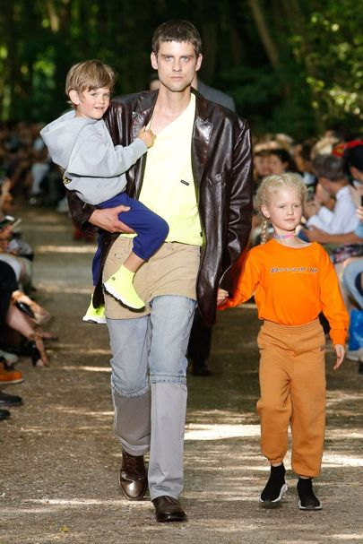 .@BALENCIAGA's #SS18 catwalk show featured real life families on the runway. Cue a round of 'awwws': https://t.co/XBlCp7kKmo