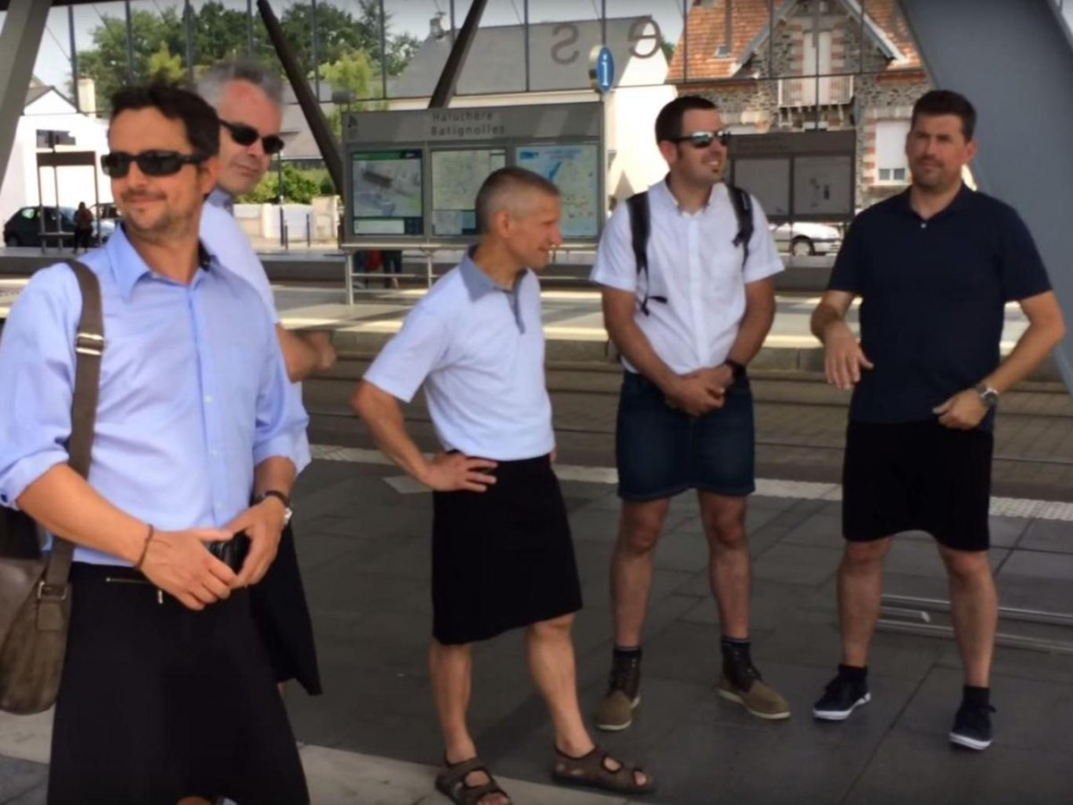 not easy to behave when heatwave comes. // Bus drivers are coming into work wearing skirts https://t.co/RTLoiXDPRJ https://t.co/BAMpJcWWsF