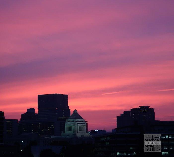 先ほど、本社の窓から国会方向を見ると、きれいな夕焼けが見えました。 #夕焼け #国会 https://t.co/ic35PaSJtG