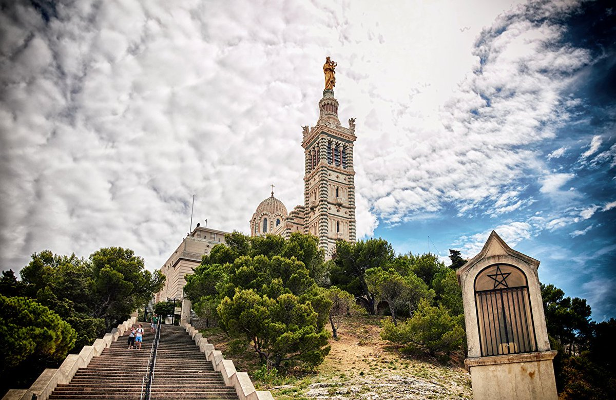 The stunning cathedral of Notre Dame de la Garde in Marseille. #FrenchMerveilles #Marseille #PACA #France  ©  http:// bit.ly/2rZhvme  &nbsp;  <br>http://pic.twitter.com/59UrTNhQK7