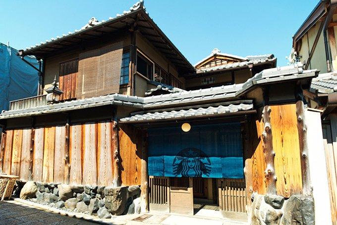"""スターバックス""""畳の間""""でコーヒーを味わえる新店、京都・二寧坂の日本家屋にオープン - https://t.co/eNUvl26lMO"""