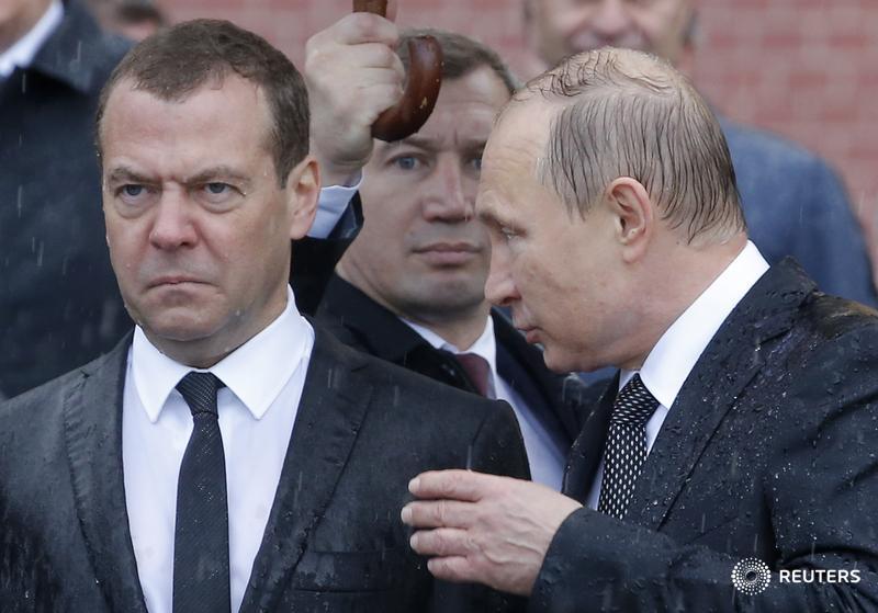 Фотография дня. Владимир Путин и Дмитрий Медведев на церемонии возложения венков к Могиле Неизвестного Солдата в Москве