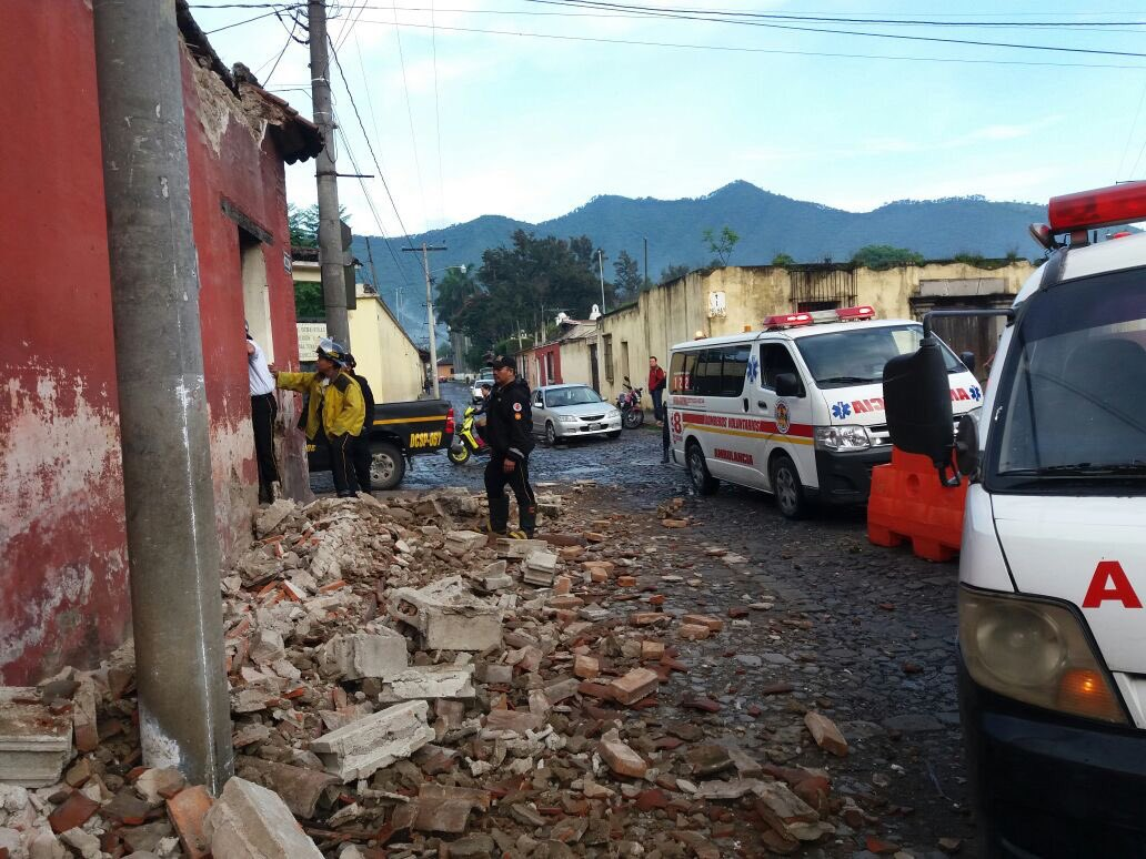 #TemblorGT Los @BVoluntariosGT  evalúan daños en viviendas tras sismo...