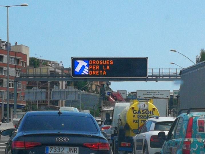 El curioso cartel 'Drogas por la derecha' en la operación salida de Sa...