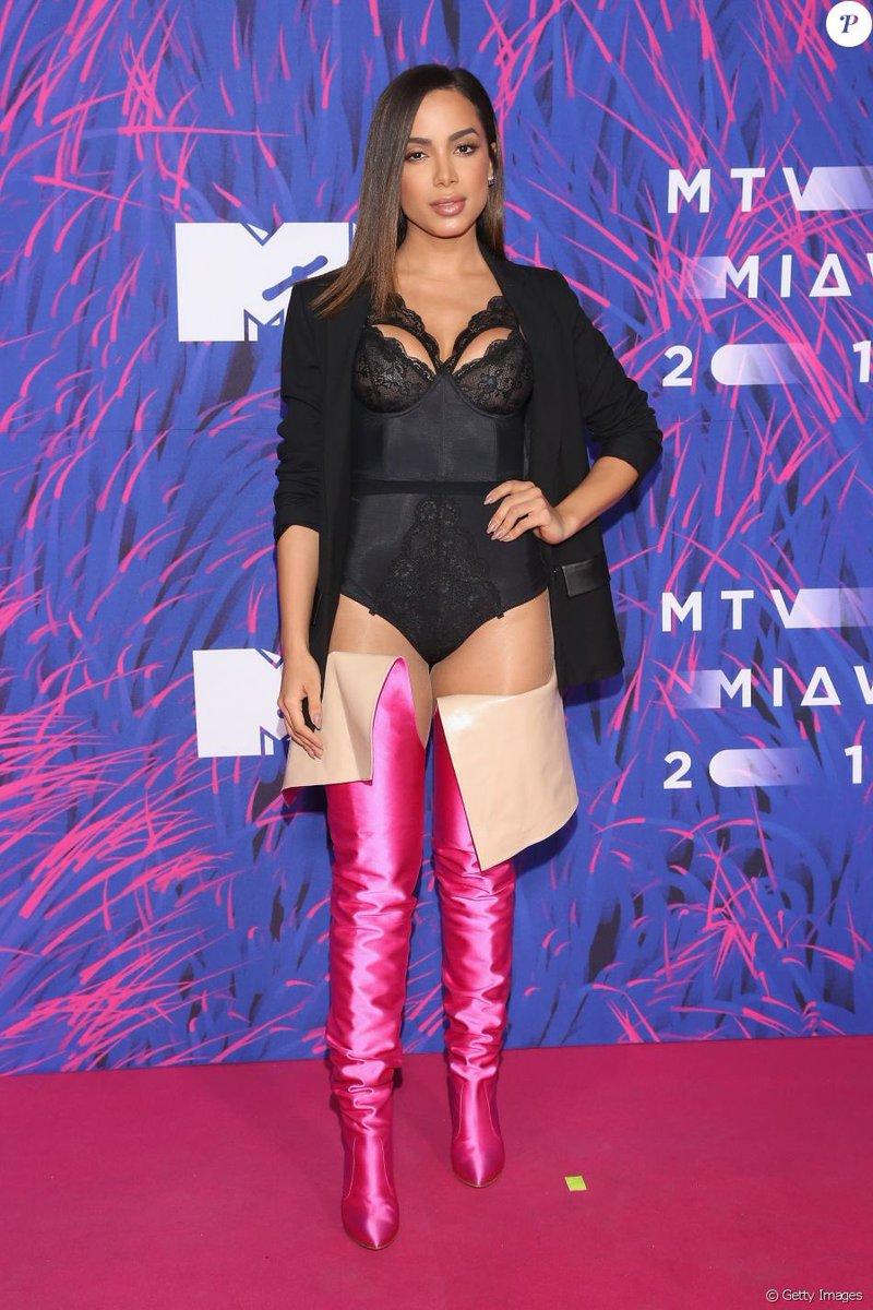 Eu não acredito que a Anitta lançou a tendência dessa bota até na Coreia do Sul.  #마지만처럼_BLACKPINK