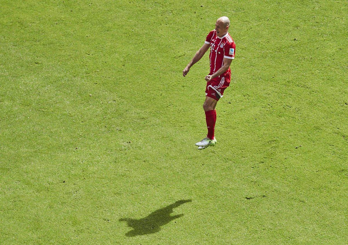 Der fliegende Holländer! ✈️🇳🇱😃 @ArjenRobben #MiaSanMia https://t.co/gJ...