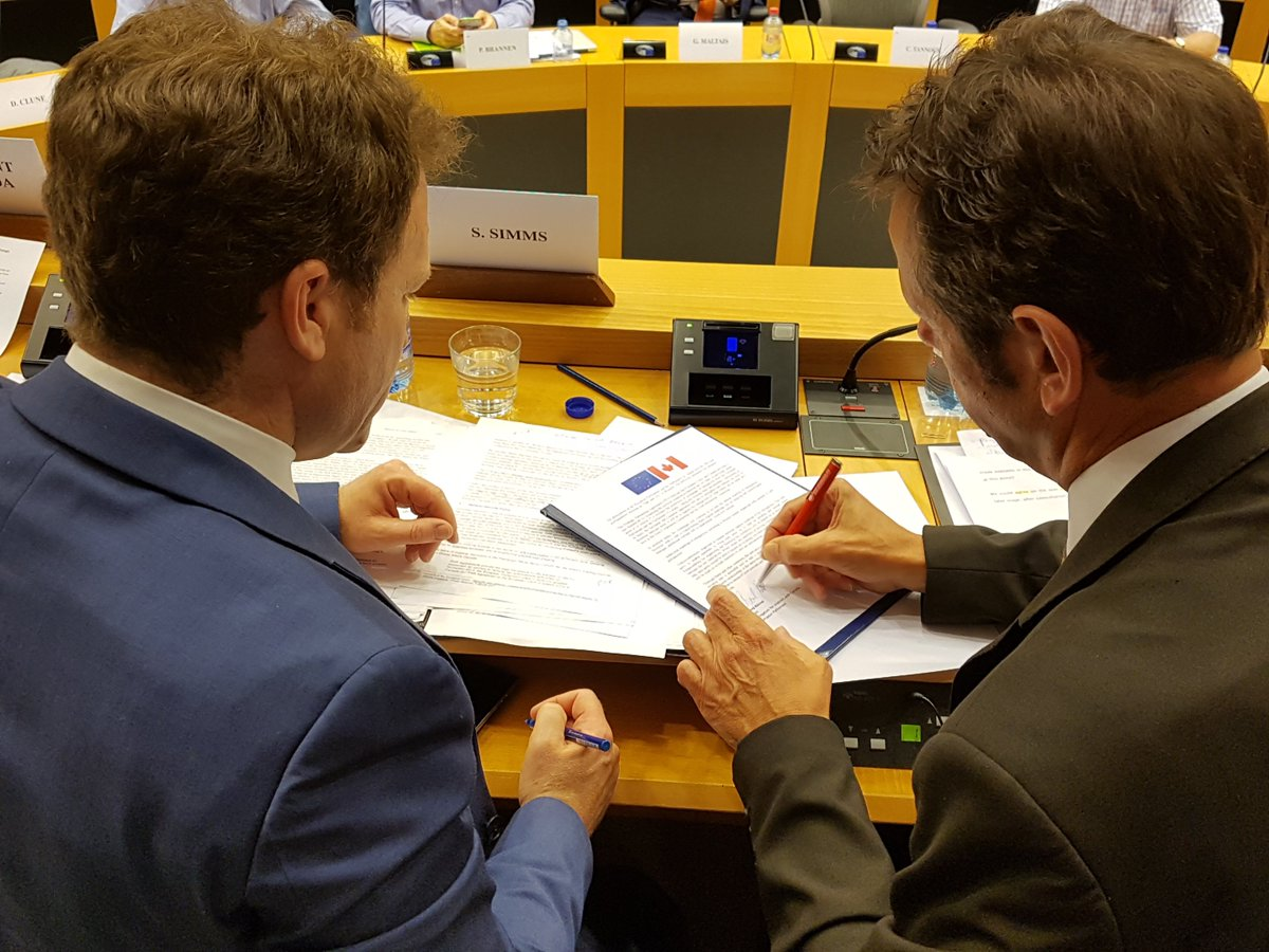 Signing the Joint Statement at the #EP @EUinCanada @eu2canada It&#39;s one step further in strengthening our partnership! #SPA #CETA <br>http://pic.twitter.com/2p0kQTLiF0