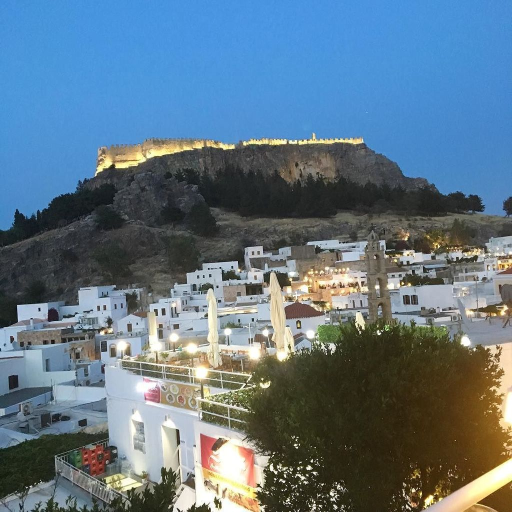 Beautiful Lindos at dusk. #holidays #lindos #rhodes  http:// ift.tt/2tTQ8ex  &nbsp;  <br>http://pic.twitter.com/NVGChjwqYC