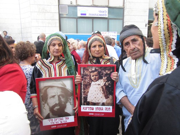 Thousands protest against #Israel&#39;s 1950s child kidnappings  https:// shar.es/1Bv6vE  &nbsp;   via @MiddleEastEye #Palestine<br>http://pic.twitter.com/qsEODLX87C