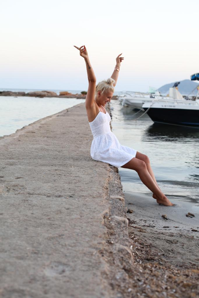 """#Superdry ➠  http:// tidd.ly/688554b2  &nbsp;   ➠ """"Dipping my toes and dancing into the sunset""""   themaddiebruce<br>http://pic.twitter.com/94durtlHxk"""
