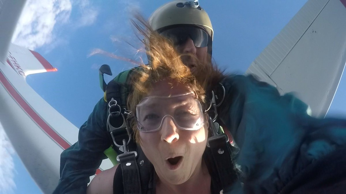 I wonder what is going through her mind right now as she exited the #Cessna 182 at 10,000 feet <br>http://pic.twitter.com/SN2VjDB4ms