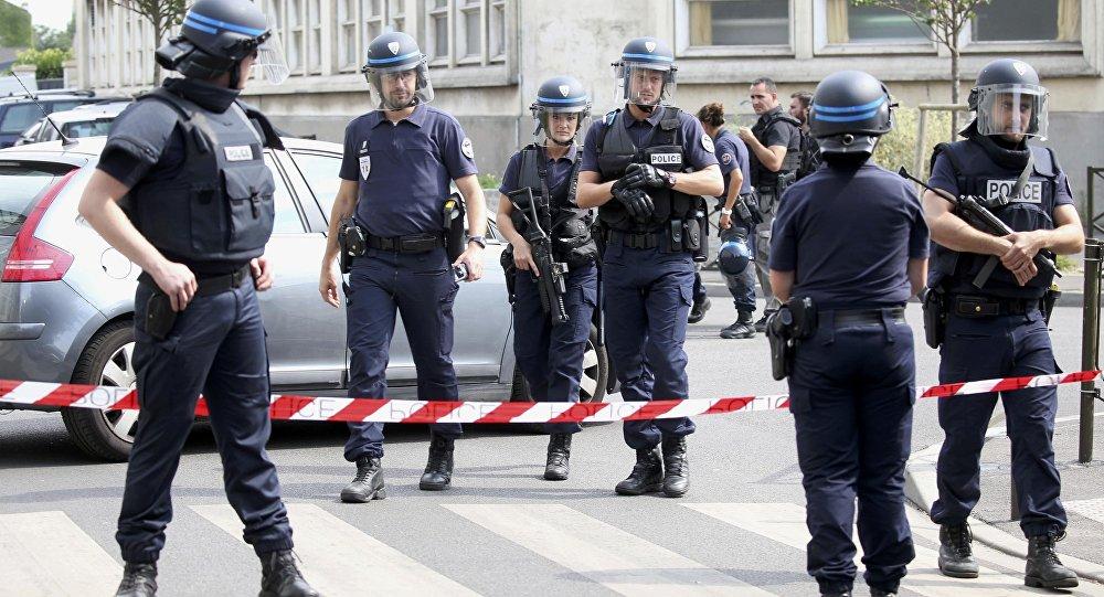 (Sputniknews) #Attaque contre un officiel russe à #Paris: une Russe tient tête à 50..  https://www. titrespresse.com/16165201701/at taque-paris-russe-officiel-jeunes  … pic.twitter.com/0K7y77Sitk