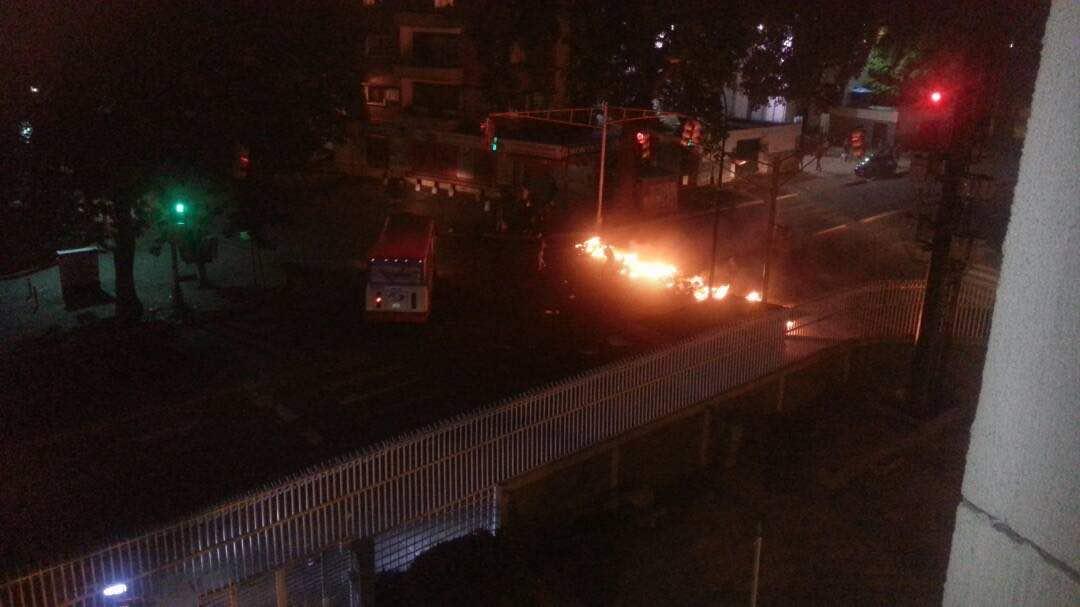 #22Jun Atentos con el #Paraíso hay barricadas en la zona y reportan detonaciones ahora #Caracas - @HAIDYRODRIGUEZ