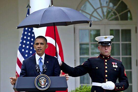 В США сравнили фотографии Путина и Обамы под дождём(видео)