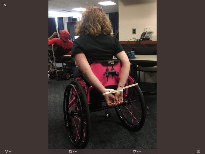 Nos States, país com 'mais liberdade no planeta', ela protestou contra o desmonte da saúde. E aconteceu isso 👇