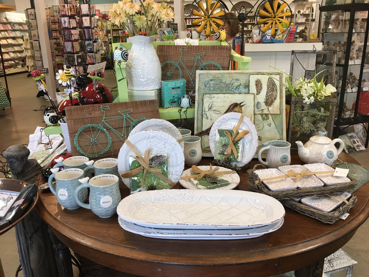 Look at all the #treasures  and #gifts on this beautiful display table! #loveshoppingattreasurebaskets!<br>http://pic.twitter.com/SofDtPeBYw