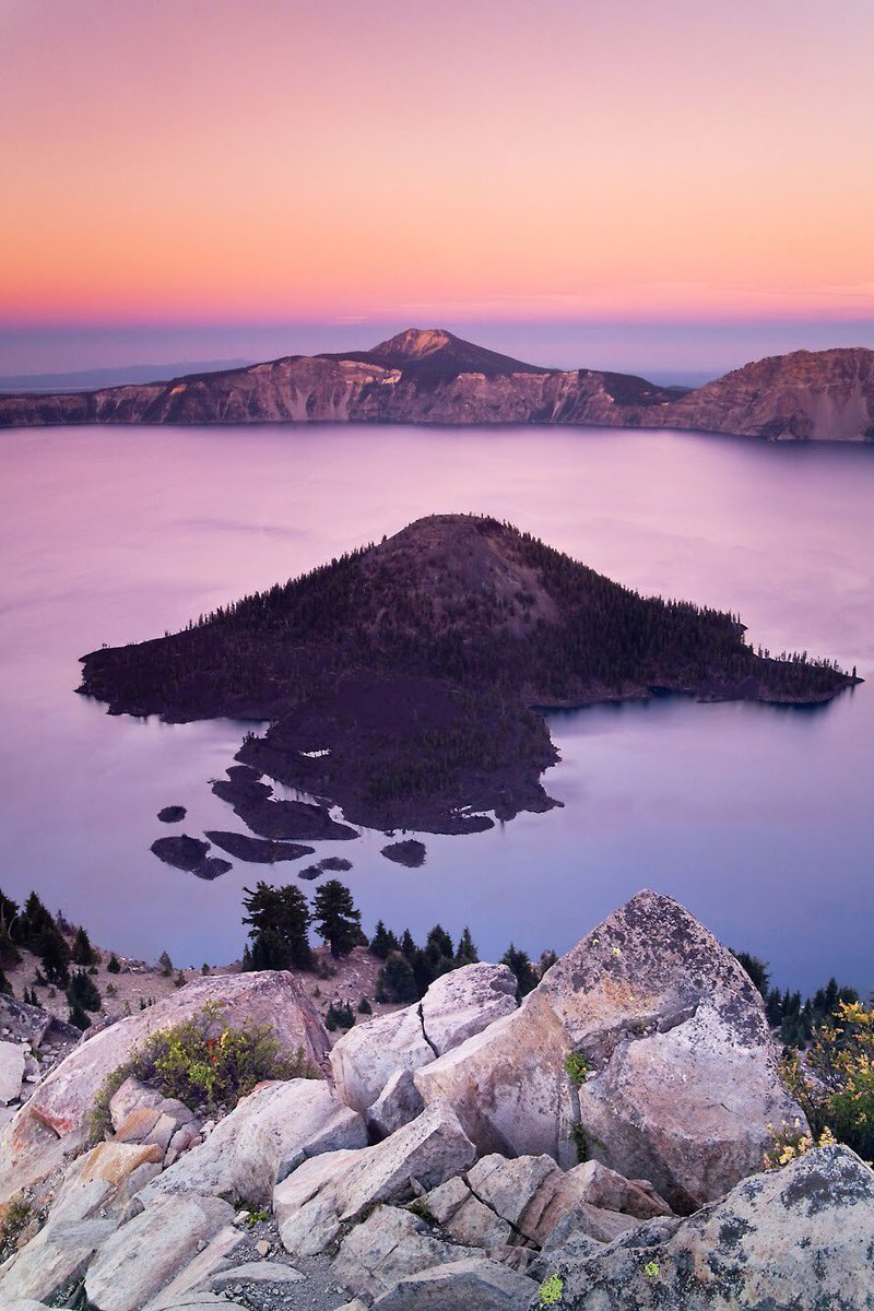 An awe-some pic @CraterLakeNPS by Chris Hatfield #Oregon https://t.co/...