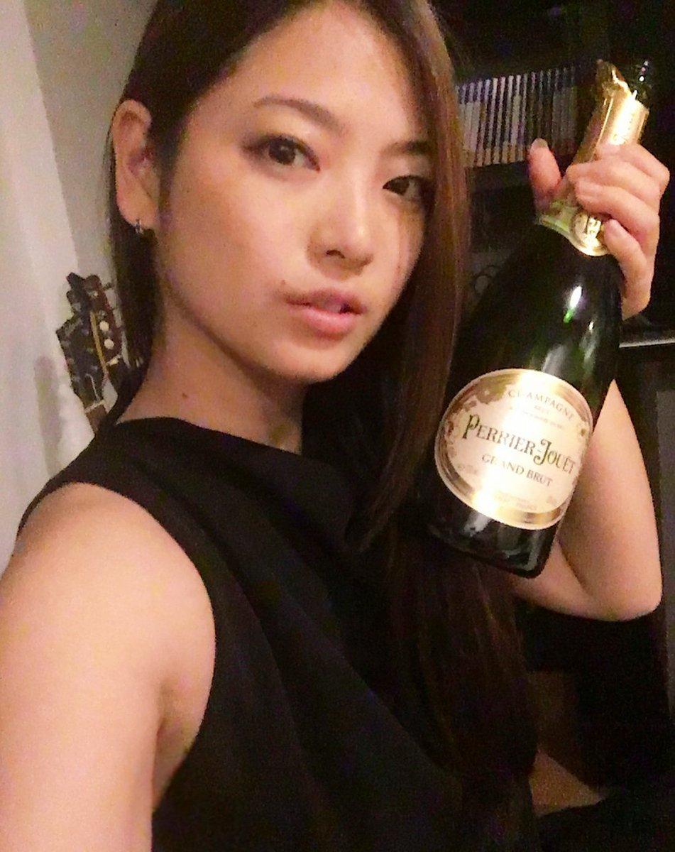 お酒のボトルを持つ岩瀬佑美子