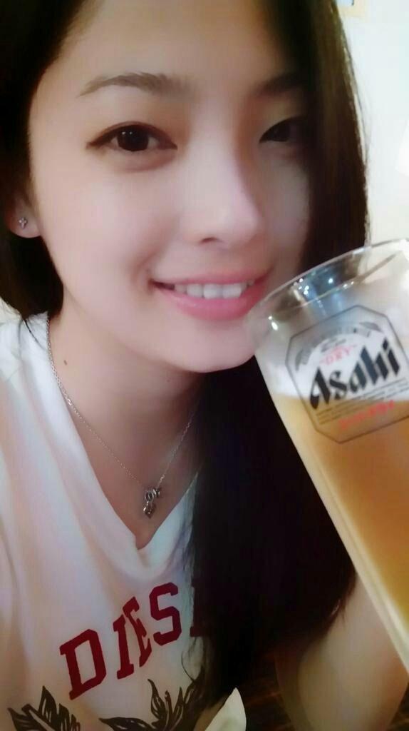 ビールを飲む岩瀬佑美子