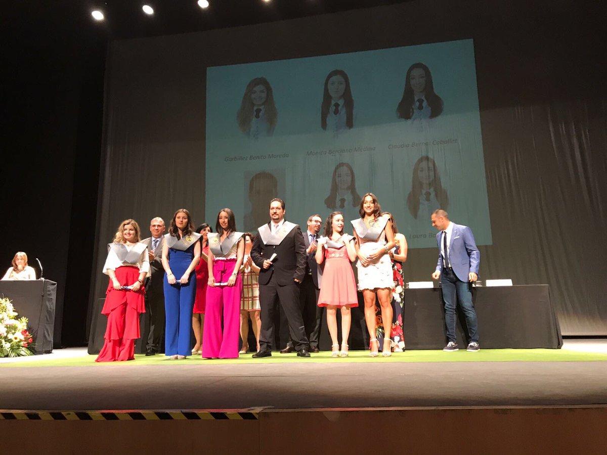 Emocionante acto de Graduación de la Promoción 2013-2017 #Enfermería @infouex #Enhorabuena (nuestra Presidenta en la imposición de bandas)